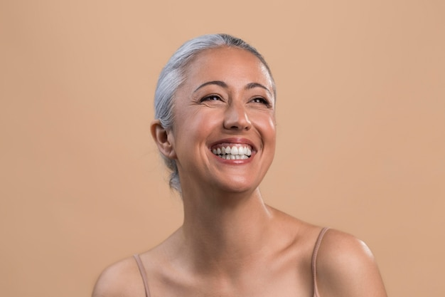 Portret van gelukkige smiley oudere vrouw