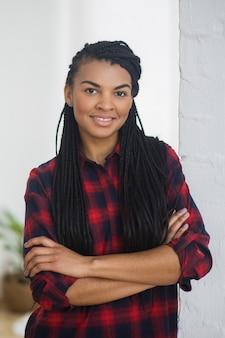 Portret van gelukkige stijlvolle afro-amerikaanse vrouw