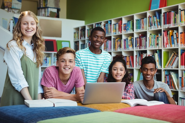 Portret van gelukkige studenten in bibliotheek