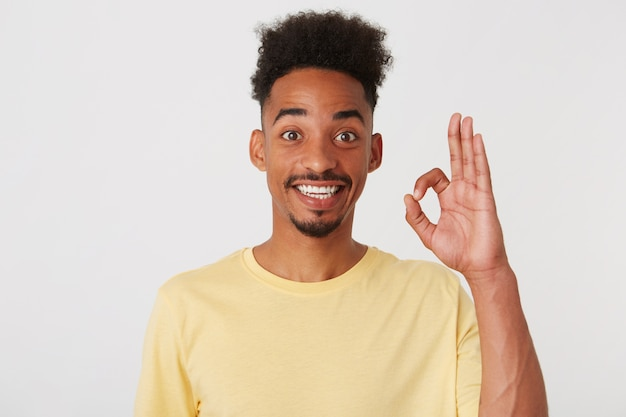 Portret van gelukkige succesvolle afro-amerikaanse jonge man