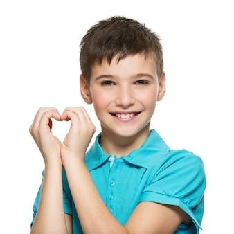 Portret van gelukkige tienerjongen met een hartvorm die op wit wordt geïsoleerd