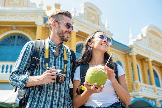 Portret van gelukkige toerist die tussen verschillende rassen van hun reis in bangkok thailand genieten