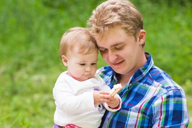 Portret van gelukkige vader en zijn schattige dochtertje in de natuur