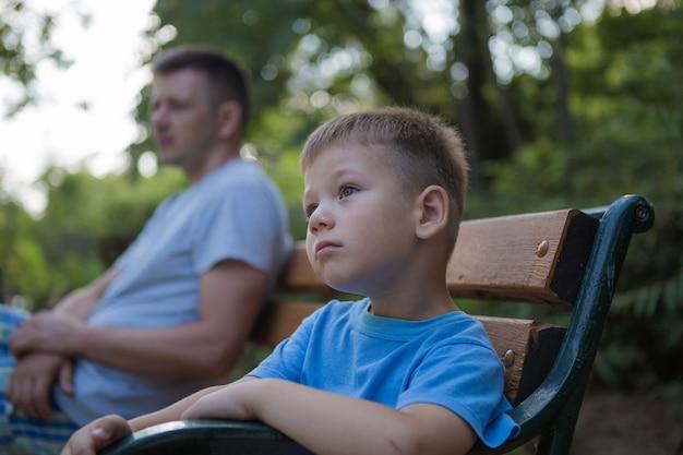 Portret van gelukkige vader en zijn zoontje, jongen knuffelen zijn vader, vaderdag concept
