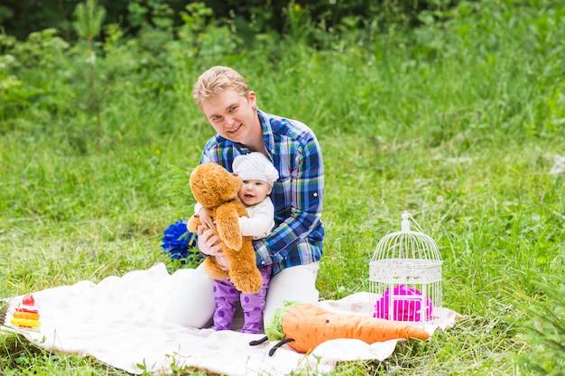 Portret van gelukkige vader met dochter in zomerpark.