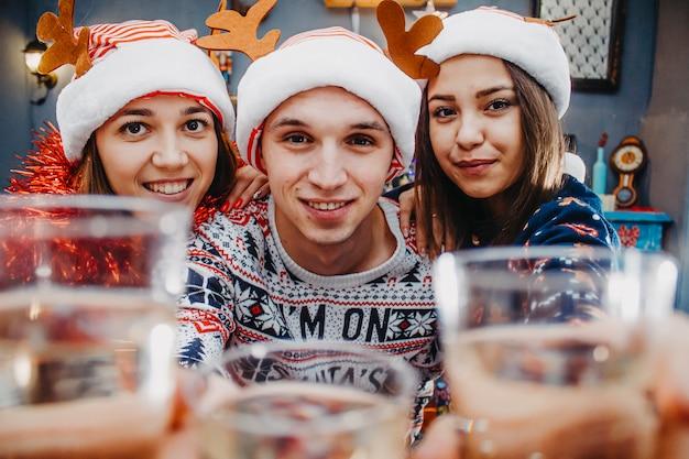 Portret van gelukkige vrienden die kerstmis met champagne vieren