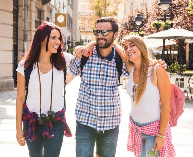 Portret van gelukkige vrienden die zich op straat bevinden Gratis Foto