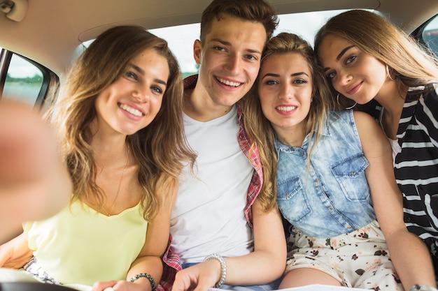Portret van gelukkige vrienden in de auto