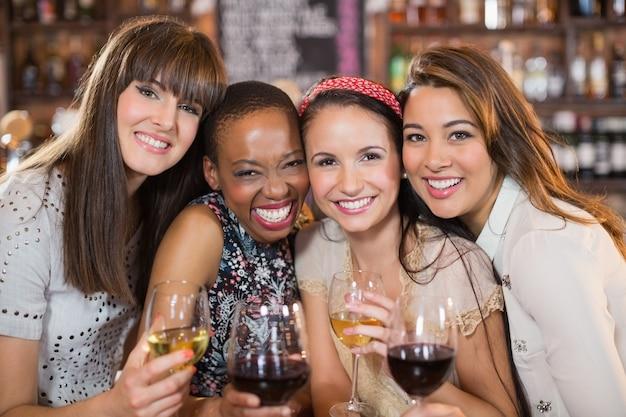 Portret van gelukkige vriendinnen met wijnglazen