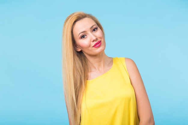 Portret van gelukkige vrolijk glimlachende jonge mooie blonde vrouw