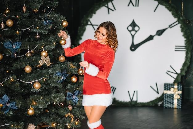Portret van gelukkige vrouw dichtbij kerstboom