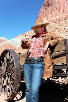 Portret van gelukkige vrouw die een cowboyhoed draagt