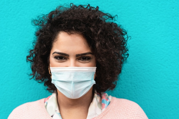 Portret van gelukkige vrouw die gezichts beschermend masker draagt
