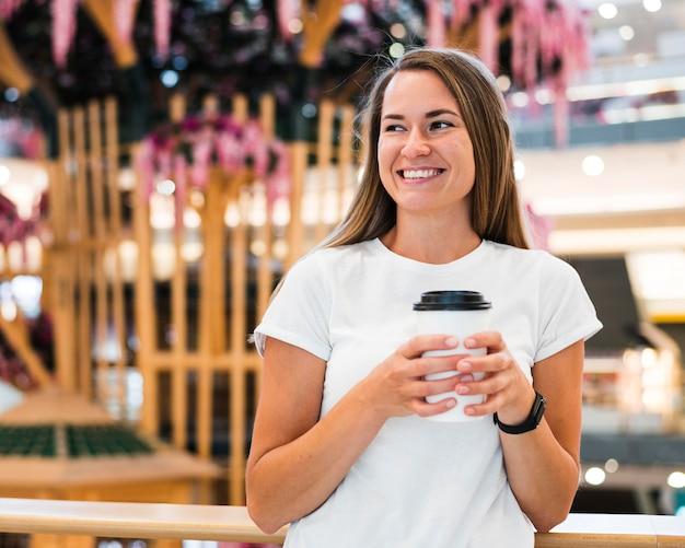 Portret van gelukkige vrouw die lacht