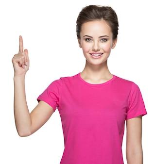 Portret van gelukkige vrouw die met haar vinger benadrukt