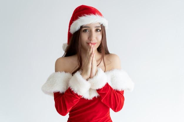 Portret van gelukkige vrouw in kerstmankleding die zich in afwachting bevinden