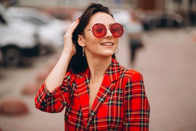 Portret van gelukkige vrouw in rood jasje