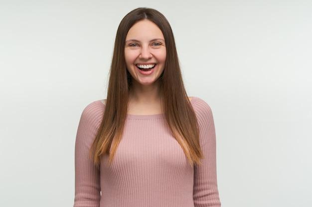 Portret van gelukkige vrouw lacht om iets grappigs, close-up heeft een positieve uitdrukking Gratis Foto