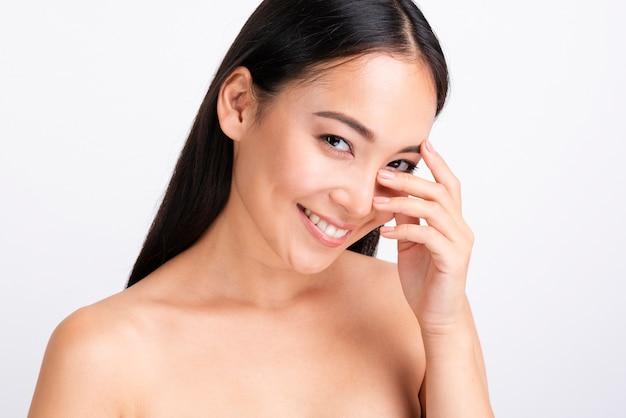 Portret van gelukkige vrouw met duidelijke huid