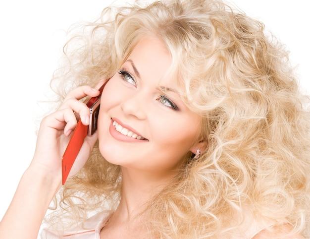 Portret van gelukkige vrouw met rode telefoon