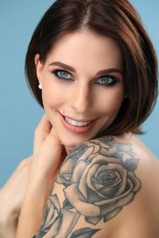 Portret van gelukkige vrouw met tatoeage