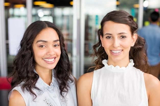 Portret van gelukkige vrouwelijke leidinggevenden