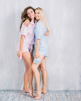 Portret van gelukkige vrouwelijke vrienden die elkaar omhelzen