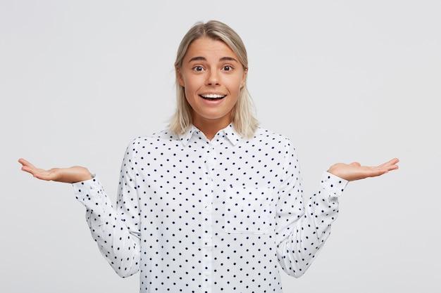 Portret van gelukkige zelfverzekerde blonde jonge vrouw draagt polka dot shirt