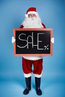 Portret van gemiddelde lengte van de holdingsbanner van de kerstman