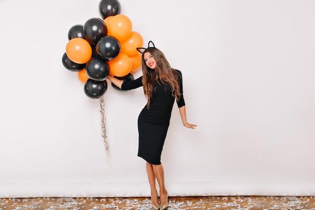 Portret van gemiddelde lengte van verbazingwekkende langharige vrouw ontspannen na feest
