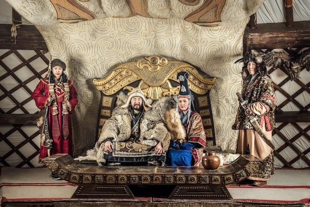 Portret van genghis khan of chinggis khaan in krijgers die traditioneel de typisch mongoolse kledingcultuur van mongolië dragen