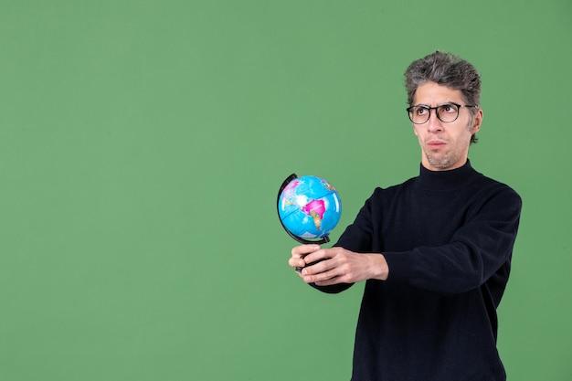 Portret van genie man met aarde wereldbol groen achtergrond ruimte lucht natuur school leraar zee
