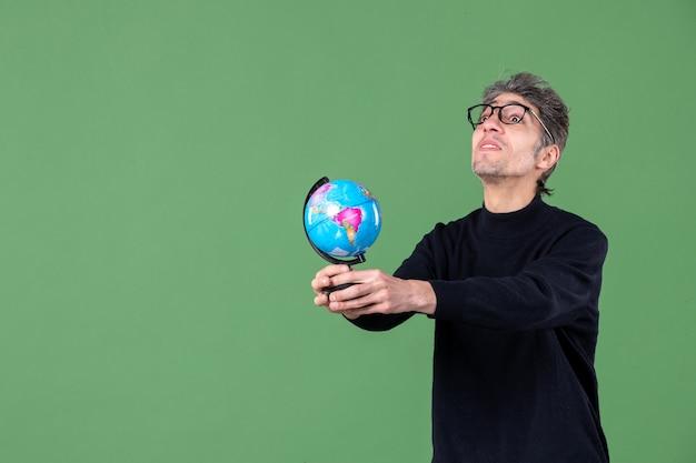 Portret van genie man met aarde wereldbol groen achtergrond ruimte lucht planeet natuur school leraar zee