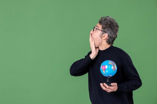 Portret van genie man met aarde wereldbol groene achtergrond lucht leraar planeet natuur zee ruimte