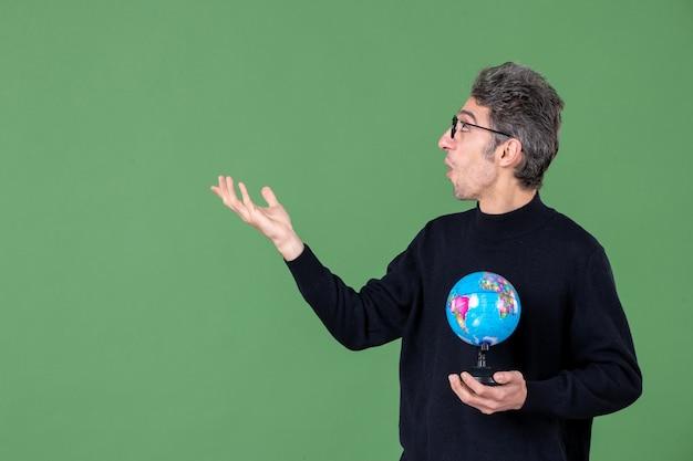 Portret van genie man met aarde wereldbol groene achtergrond lucht leraar school planeet natuur zee ruimte