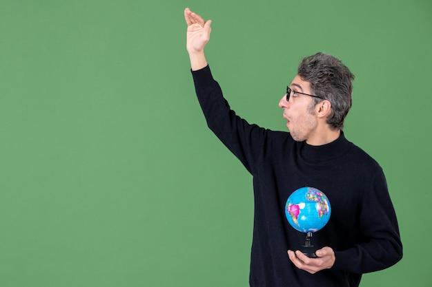 Portret van genie man met aarde wereldbol groene achtergrond lucht leraar school planeet zee ruimte
