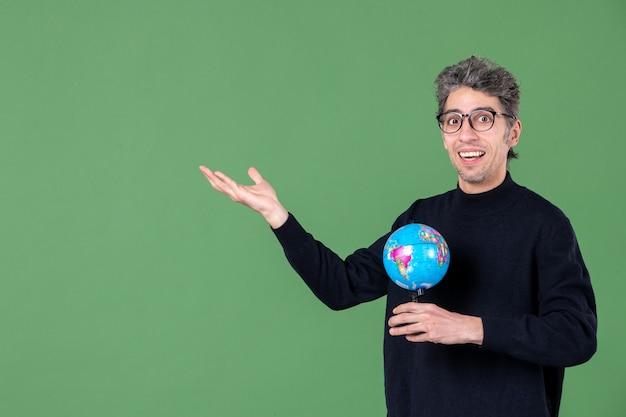 Portret van genie man met aarde wereldbol groene achtergrond lucht zee leraar planeet ruimte natuur