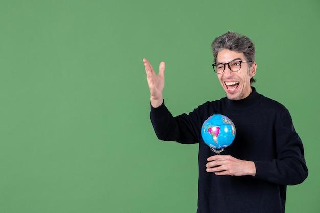 Portret van genie man met aarde wereldbol groene achtergrond lucht zee leraar school planeet natuur