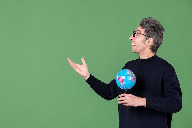 Portret van genie man met aarde wereldbol groene achtergrond lucht zee leraar school planeet ruimte natuur