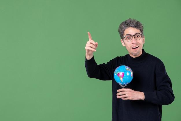 Portret van genie man met aarde wereldbol groene achtergrond lucht zee leraar school planeet ruimte