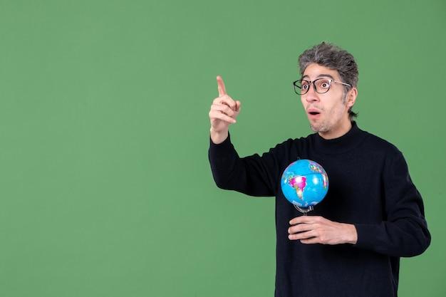 Portret van genie man met aarde wereldbol groene achtergrond lucht zee leraar school ruimte natuur