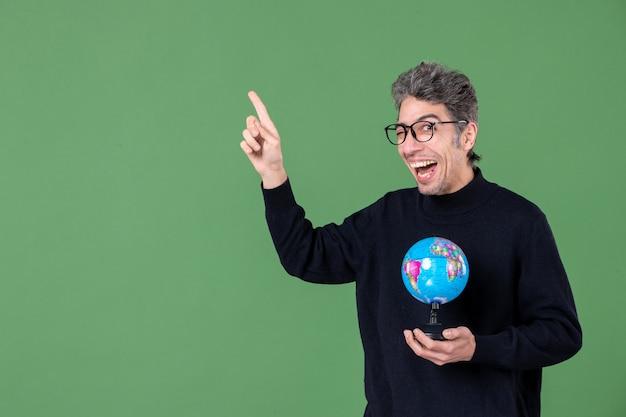 Portret van genie man met aarde wereldbol groene achtergrond lucht zee natuur leraar planeet school
