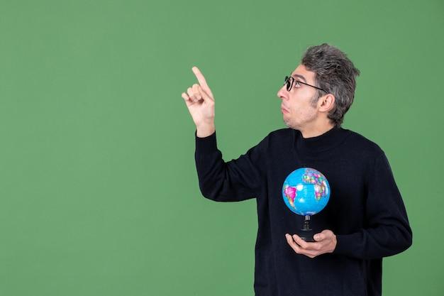 Portret van genie man met aarde wereldbol groene achtergrond lucht zee natuur planeet ruimte leraar