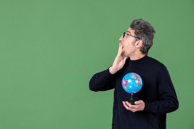 Portret van genie man met aarde wereldbol groene achtergrond lucht zee natuur planeet school leraar