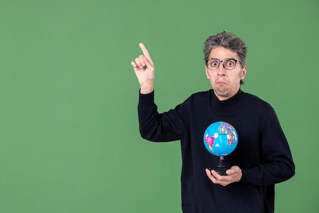 Portret van genie man met aarde wereldbol groene achtergrond lucht zee natuur planeet school ruimte leraar