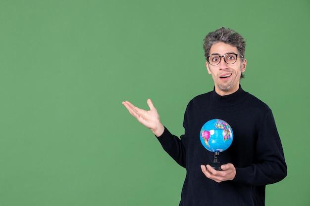 Portret van genie man met aarde wereldbol groene achtergrond lucht zee natuur planeet school ruimte