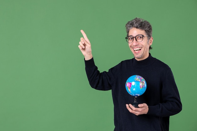 Portret van genie man met aarde wereldbol groene achtergrond lucht zee natuur ruimte leraar planeet school