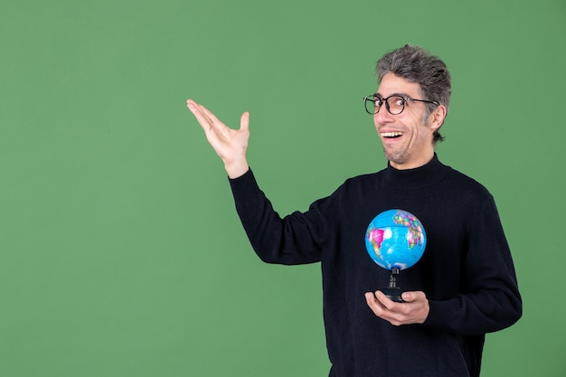 Portret van genie man met aarde wereldbol groene achtergrond lucht zee natuur ruimte planeet school