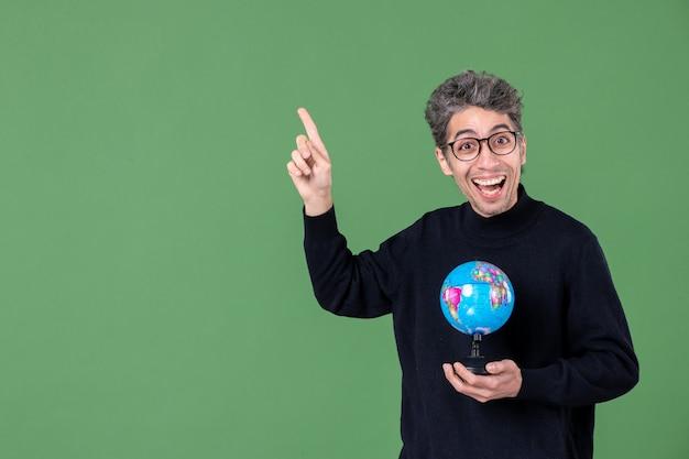 Portret van genie man met aarde wereldbol groene achtergrond lucht zee natuur school ruimte leraar planeet
