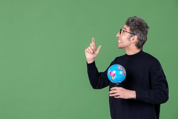 Portret van genie man met aarde wereldbol groene achtergrond lucht zee school planeet ruimte natuur